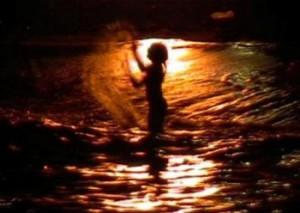 Ritual con agua salada en la noche de San Juan