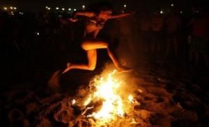 ritual con la hoguera en la noche de san juan