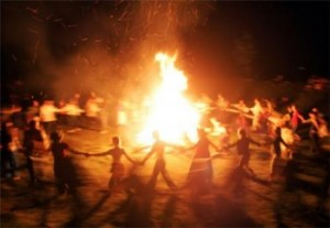 ritual en la playa en la noche de san juan